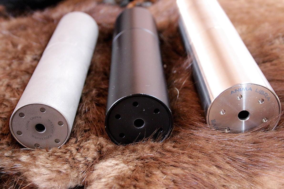 Pēc izmēra var atšķirt trokšņa slāpētājus, kas paredzēti dažādiem kalibriem. No labās – 7mm lodei, bet pārējie divi – 6 mm lodei.