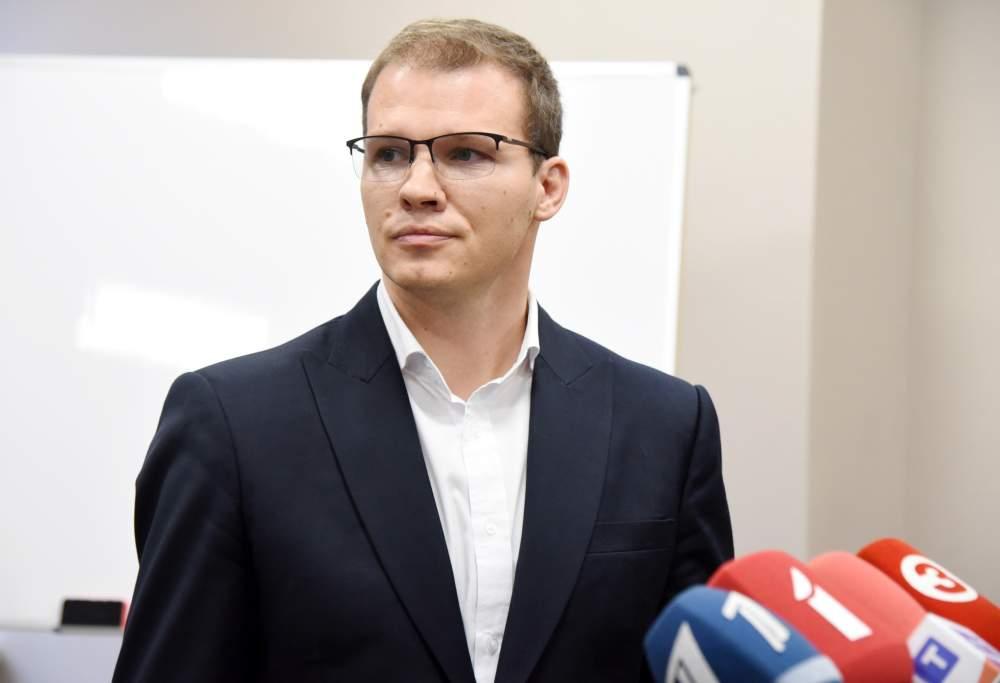 """Nacionālās apvienības """"Visu Latvijai!""""-""""Tēvzemei un brīvībai""""/LNNK priekšsēdētājs Raivis Dzintars atbild uz žurnālistu jautājumiem pēc nacionālās apvienības un Jaunās konservatīvās partijas pārstāvju sarunām par iespējamo sadarbību jaunās valdības veidošanā."""