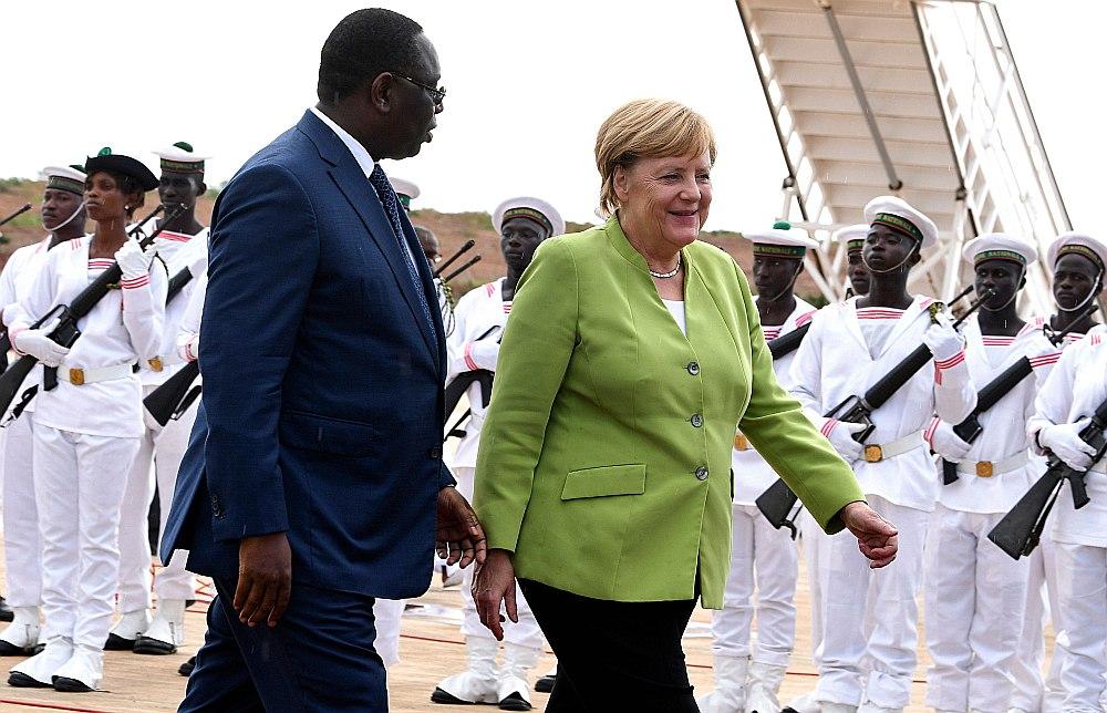 Augusta beigās Vācijas kanclere Angela Merkele apmeklēja trīs Āfrikas valstis – Senegālu, Ganu un Nigēriju. 29. augustā viņa bija Senegālā, kur viņu uzņēma prezidents Makijs Salls.