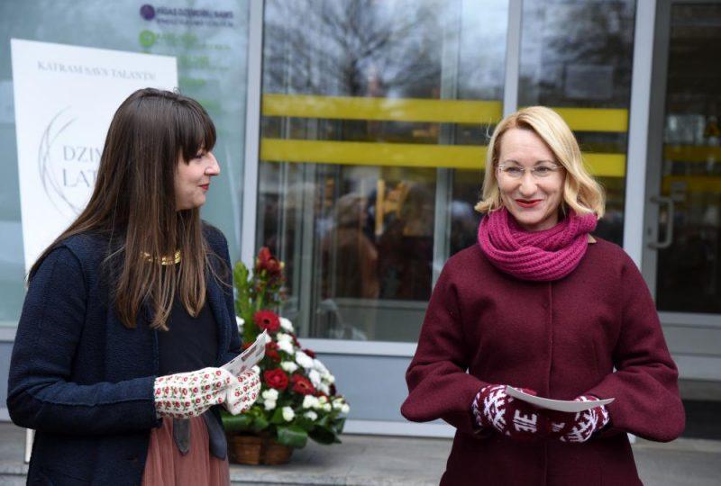 Kultūras ministrijas Latvijas valsts simtgades biroja Vadītājas vietniece, mārketinga projektu vadītāja Inga Oliņa (no kreisās) un kultūras ministre Dace Melbārde piedalās pasākumā, kurā Rīgas Dzemdību namam pasniedz rakstainus cimdus, ko dāvāt 18.novembrī dzimušajiem bērniem.