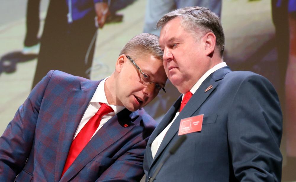 Nils Ušakovs (no kreisās) un Saeimas deputāts Jānis Urbanovičs.
