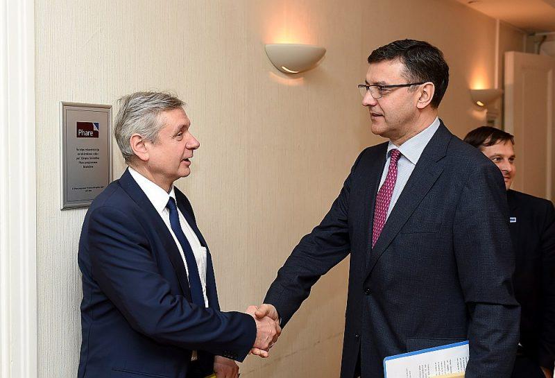 Izglītības un zinātnes ministrs Kārlis Šadurskis (no kreisās) savus pienākumus nodevis labklājības ministram Jānim Reiram.
