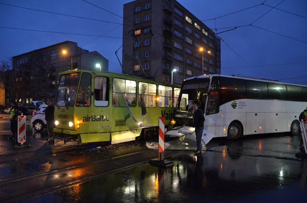 Liepājā uz Lielās ielas notikusi sadursme starp tramvaju un autobusu, 13.11.2018.