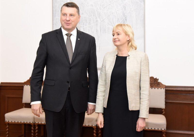 Valsts prezidents Raimonds Vējonis un Jaunās konservatīvās partijas Saeimas frakcijas priekšsēdētāja Juta Strīķe pirms tikšanās Rīgas pilī, kurā pārrunās politisko partiju redzējumu par turpmāko valdības veidošanas procesu, 11.12.2018.