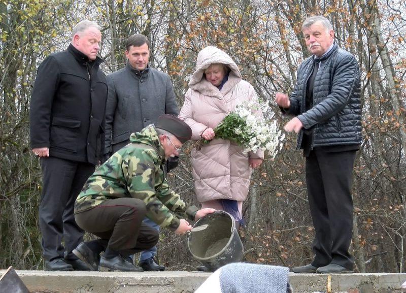 Laika kapsulas iemūrēšana Cēsu rotas simtgadei un Neatkarības kara pirmās bruņotās sadursmes simtgadei veltītā pieminekļa pamato 2018. gada 23. oktobrī Amatas novada Drabešu pagastā.