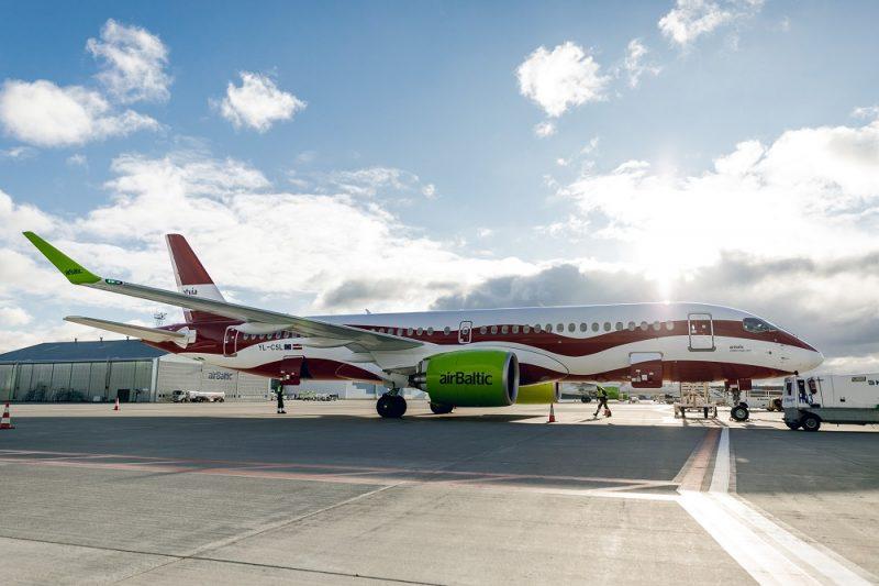 """""""airBaltic"""" lidmašīna Latvijas karoga krāsojumā."""