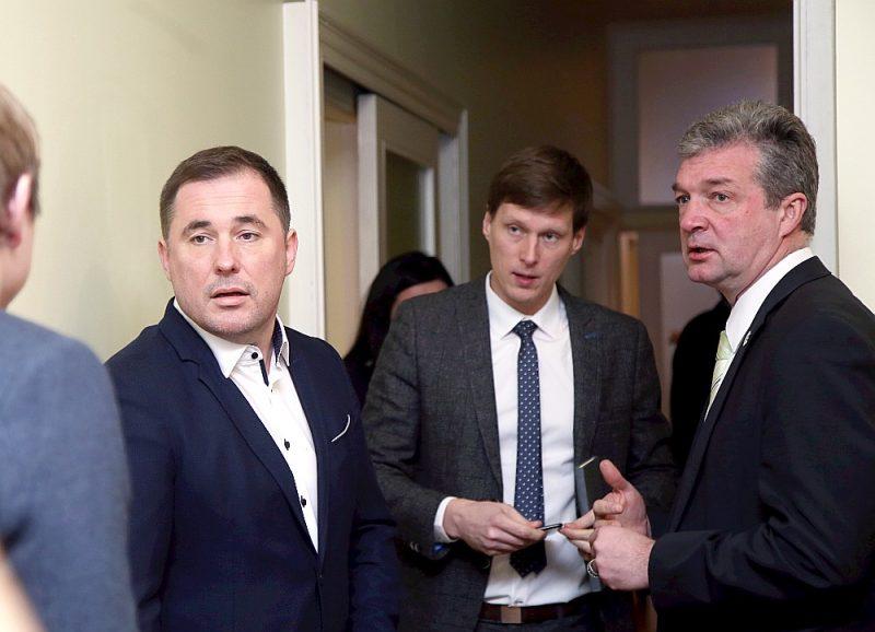 """Partijas """"KPV LV"""" pārstāvji – Didzis Šmits (no kreisās), ekonomikas ministra kandidāts Ralfs Nemiro un partijas Saeimas frakcijas priekšsēdētājs Atis Zakatistovs pirms tikšanās ar premjera amata kandidātu Krišjāni Kariņu."""