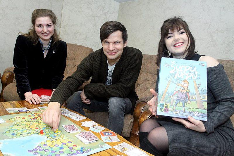 """Annija Rošāne (no labās), Gatis Šļūka un Vita Konopecka satikušies """"Latvijas Avīzes"""" redakcijā, lai uzspēlētu pašu radīto spēli."""