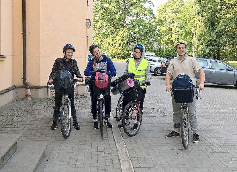 """Pēc trīs dienu veloceļojuma priecīgi ir """"Award"""" programmas dalībnieki Selīna Margarita Bogdanova (no kreisās), Sintija Bondarenko, Beāte Fabjančka un Krišs Treikals."""