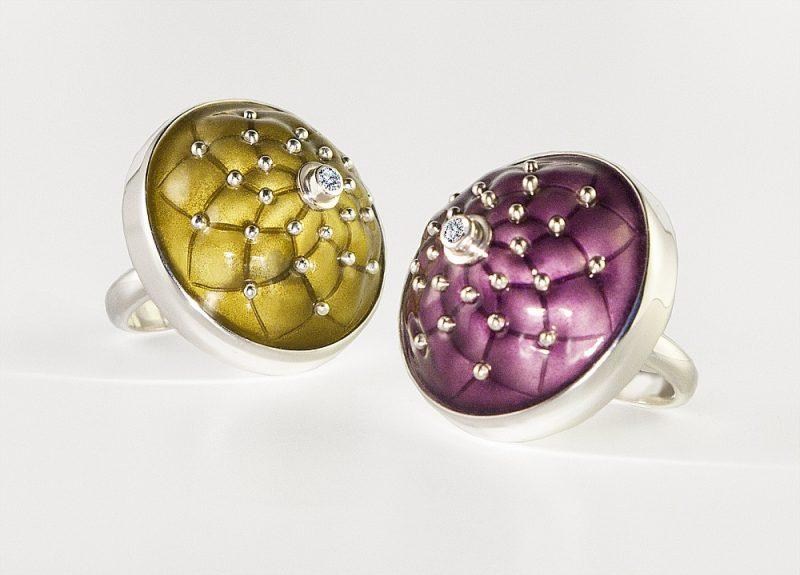 """Sergeja Blinova sarežģītākais darbs – divi pussfēriski gredzeni ar violeto un olīvzaļo emalju, kuras plastiskais veidojums atgādina itāļu ādas dīvānu savilkumus """"Capitone"""" stilā."""