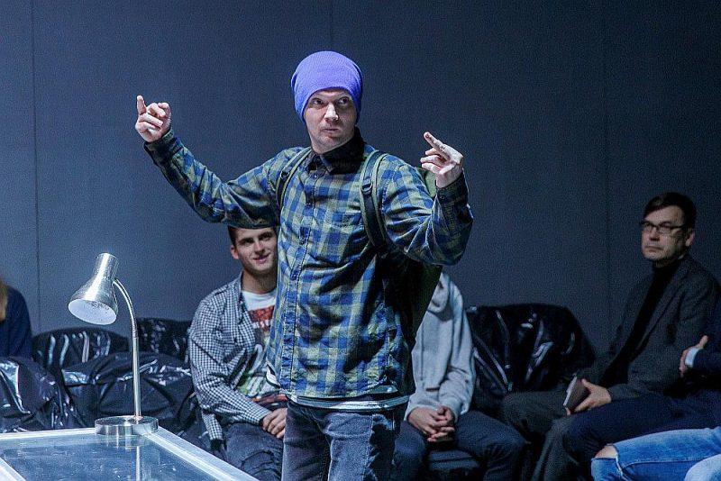 """Valmieriešu izrādē """"Nekas"""" režisors un izpildītāji mēģina nojaukt distanci starp skatuvi un skatītāju, un viņiem tas izdodas."""