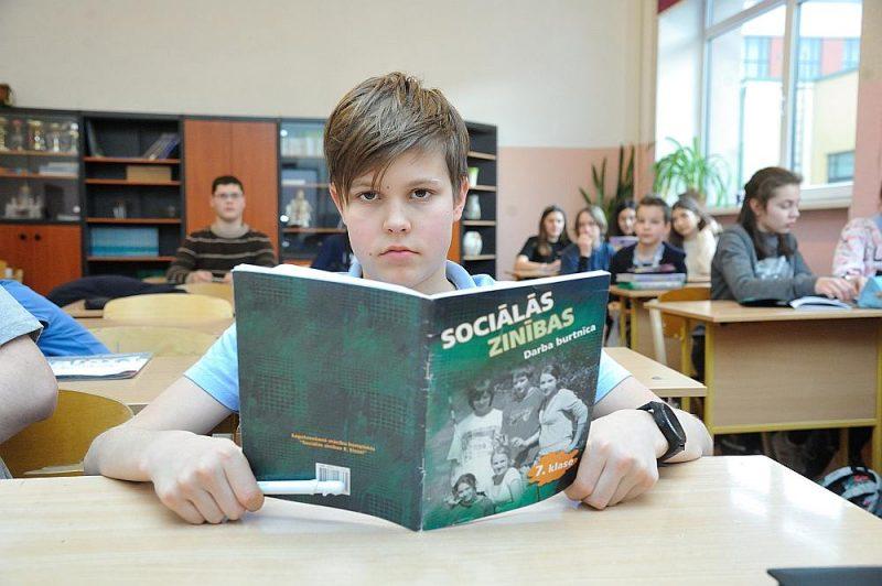Rīgas 34. vidusskolā gaidāmo reformu negaida ar lielu satraukumu, jo skolā jau tagad, piemēram, 7. klasē 70 procenti mācību vielas apgūst latviski.