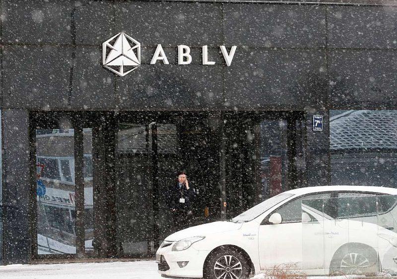 """ABLV Bank"""" problēmas radās pēc ASV Finanšu ministrijas Finanšu noziegumu apkarošanas tīkla 2018. gada februāra vidū paziņotā, ka tas plāno noteikt sankcijas """"ABLV Bank"""" par naudas atmazgāšanas shēmām. Bankas pašlikvidācijas process sākās 13. jūnijā."""