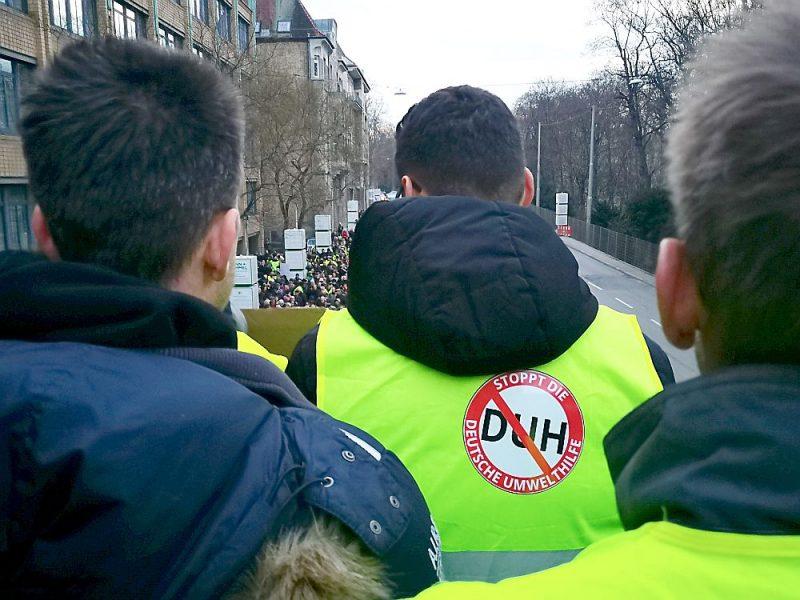 """Demonstrācija pret dīzeļauto aizliegumu Štutgartē 19. janvārī ar saukļiem: """"Apturiet darba vietu slepkavu!"""""""