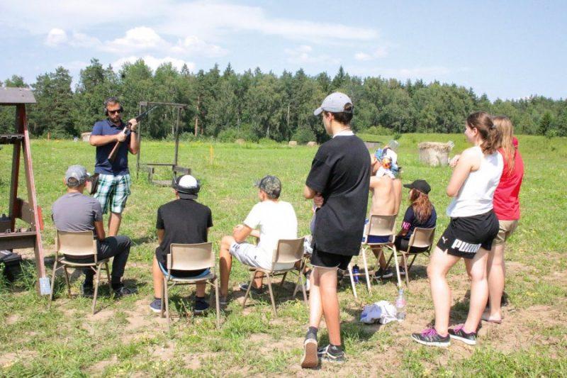 """FITASC starptautiskā tiesneša Nameja Vinovska lekcija jauno mednieku nometnē """"Vanaga acs"""" ."""