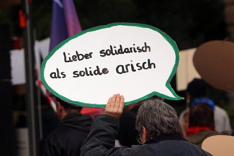 """Tūkstošiem cilvēku masu demonstrācijā """"Tagad kopā pret baiļu politiku"""", ko pērn oktobrī organizēja dažādas alianses pret labējo un nacionālo konservatīvo naida politiku."""