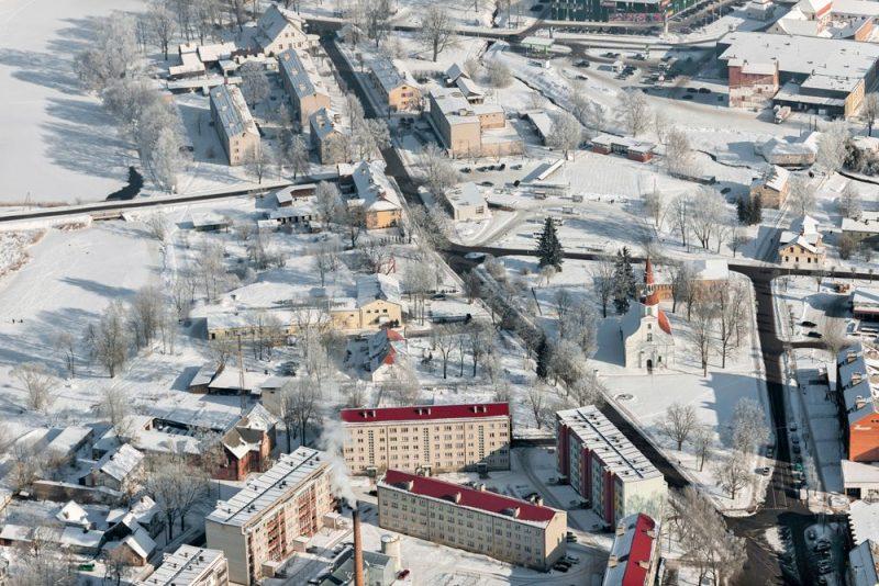 Valka un Valga ir viena pilsēta, kas vēstures gaitā sadalīta starp Latviju un Igauniju. Attēlā: Valkas pilsētas ainava no putna lidojuma.