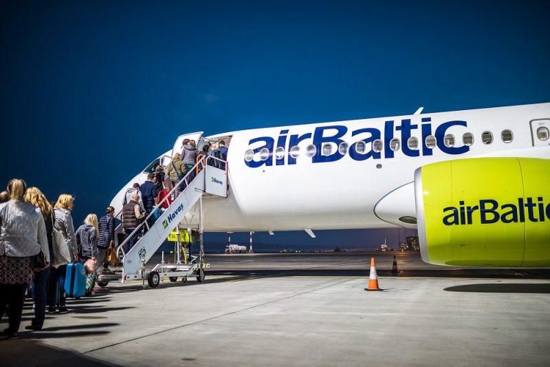 """Pasažieri kāpj """"airBaltic"""" lidmašīnā."""