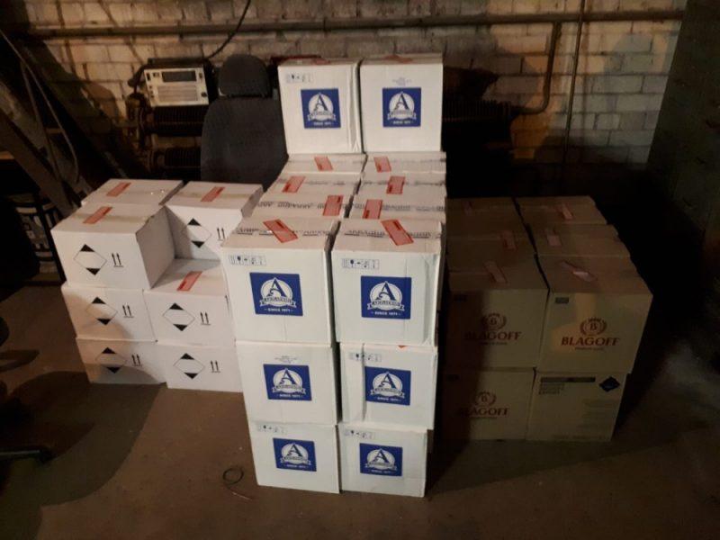Sievietes īpašumos Talsu novadā konfiscē kontrabandas cigaretes un alkoholu.