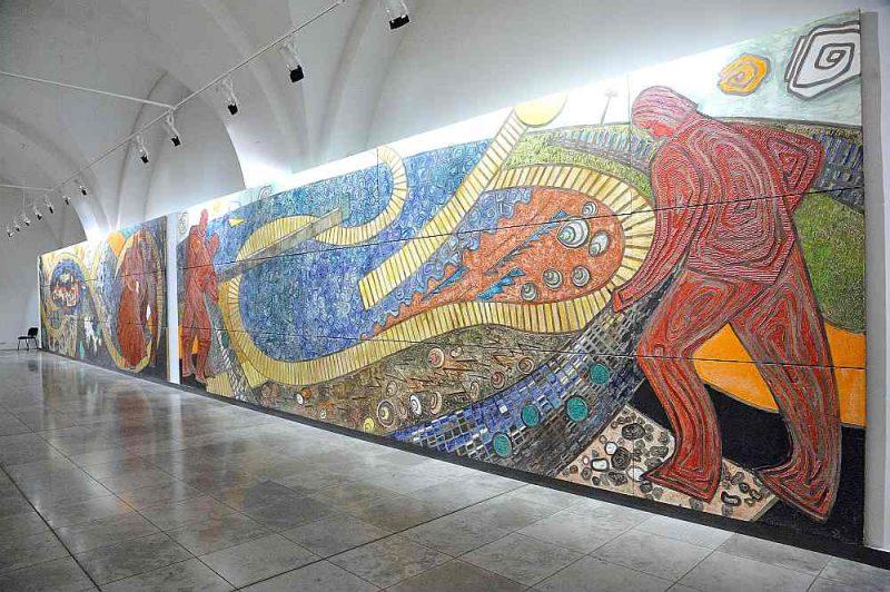 """Izstāžu zālē """"Arsenāls"""" eksponētā Lidijas Auzas darbu izstāde pienācīgi izceļ vēl vienu būtisku personību Latvijas mākslas vēsturē. Attēlā: fragments no lielformāta sienas gleznojuma."""