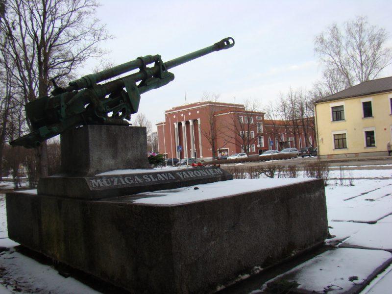 Jēkabpiliešu folklorā ir vīpsna, ka piemineklis lielgabals esot nomērķēts pret latviešu kultūru, jo iepretim atrodas Jēkabpils pilsētas kultūras nams.