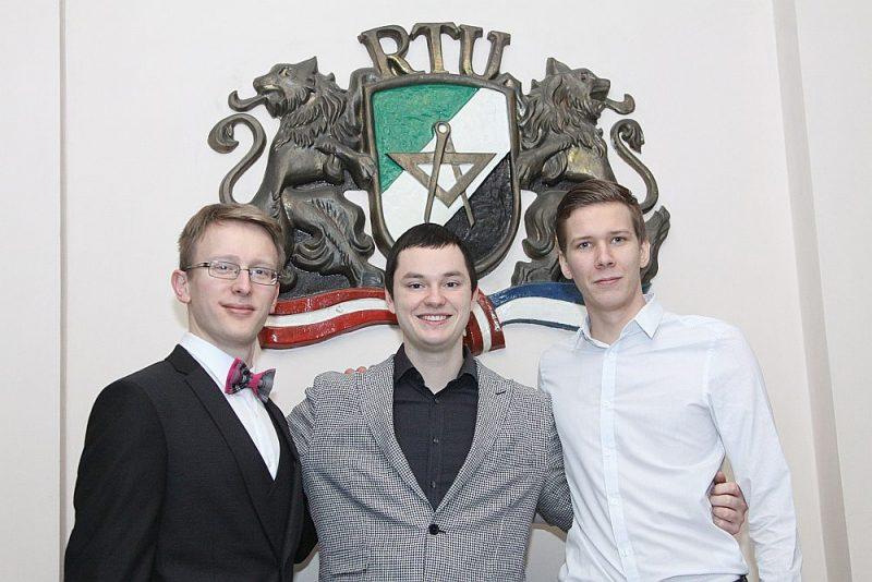 Grigorijs Skuļteckis (no kreisās), Valters Vesipals un Ernests Stūriška kopā ar vēl deviņiem kursabiedriem ir pirmie medicīnas inženieri Latvijā, kas pabeiguši studiju programmu, ko kopīgi īsteno Rīgas Tehniskā universitāte un Rīgas Stradiņa universitāte.