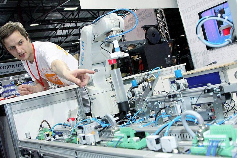 Ventspils Augstskolas stendā uzmanību piesaistīja darbīgs un čakls robots, kura sagatavošanā darbā iesaistās arī studenti.