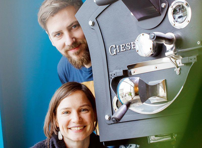 Ulla ar vīru Johanu pie grauzdēšanas iekārtas.