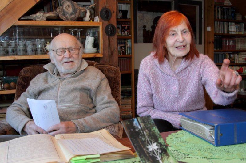 """Vēl pērnajā aprīlī, kad apritēja 30 gadi kopš Gunāra Astras nāves,  """"Latvijas Avīze"""" viesojās Iģenē pie Harija Astras un viņa dzīvesbiedres Martas Niedras. Viņi abi līdz pēdējai dienai bija uzticīgi """"Latvijas Avīzes"""" lasītāji un līdzveidotāji. Vēl aizvadītajā nedēļā publicējām Harija Astras pārdomas par Uzvaras pieminekļa nojaukšanu (""""Mēs nekarojam pret pieminekļiem"""", 2019.15.03.)."""