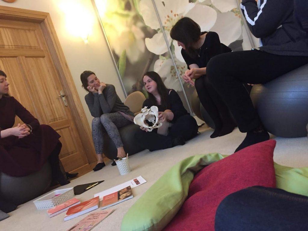 """Dūlas tiekas ar māmiņām dūlu nedēļas nodarbībā """"12 mēneši 12 stundās """"Ģimenes veselības centrā Stārķa Ligzda"""".  Cieņpilna grūtniecība, dzemdības un pirmie 3 mēneši ar bērniņu""""."""