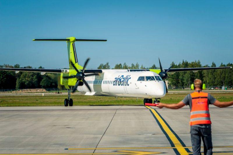 """""""airBaltic"""" flotē esošā lidmašīna """"Bombardier Q400 NextGen""""."""