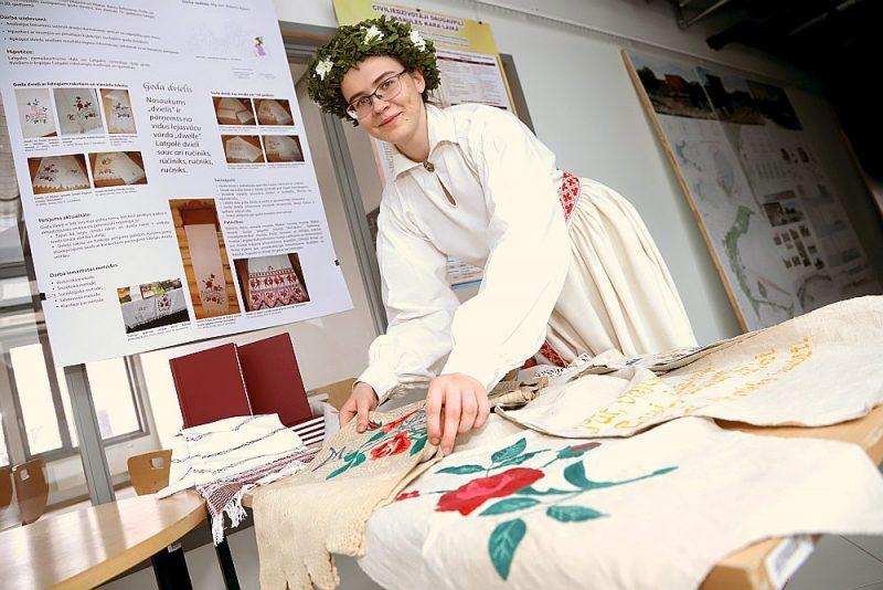 Vita Servidova no Rīgas Valsts 1. ģimnāzijas savu pētījumu par goda dvieļiem Latgalē prezentēja, tērpusies tautas tērpā.