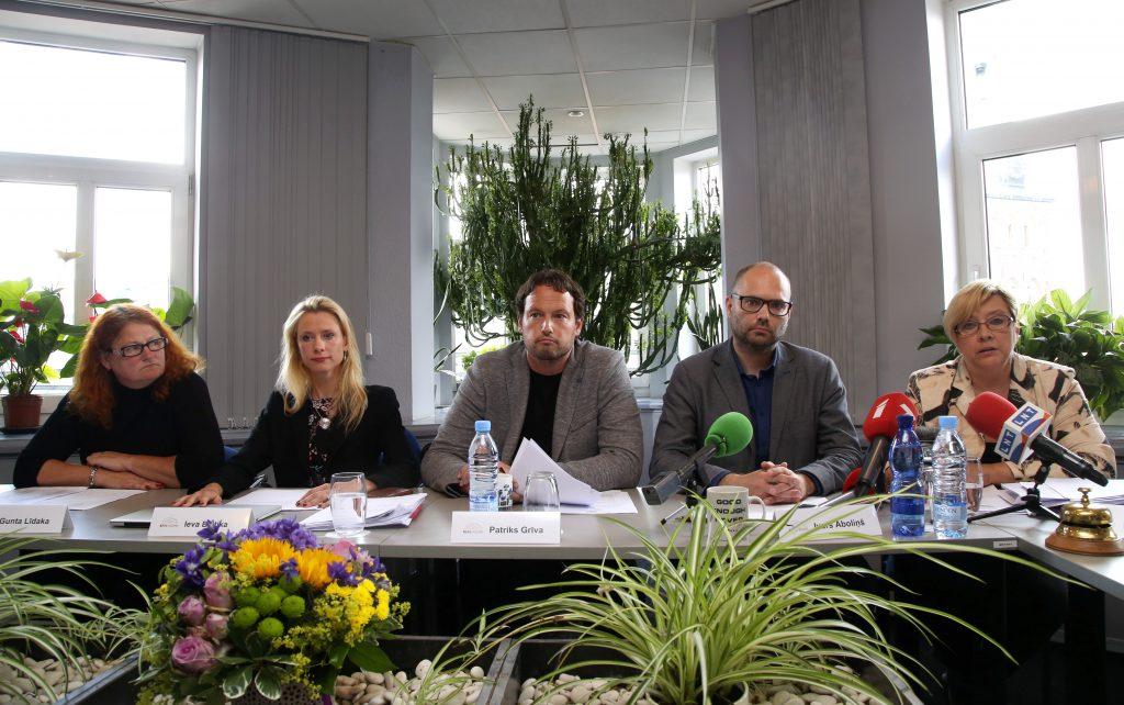 Nacionālās elektronisko plašsaziņas līdzekļu padomes (NEPLP) locekļi Gunta Līdaka (no kreisās, kas pati atkāpusies no amata), Ieva Beitika, Patriks Grīva, NEPLP priekšsēdētājas vietnieks Ivars Āboliņš un NEPLP priekšsēdētāja Dace Ķezbere