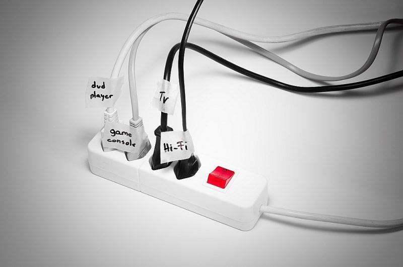"""""""Elektrum"""" Energoefektivitātes centra ieteikums, kas atvieglina visu elektroierīču pilnīgu izslēgšanu: izmantot pagarinātāju ar slēdzi."""