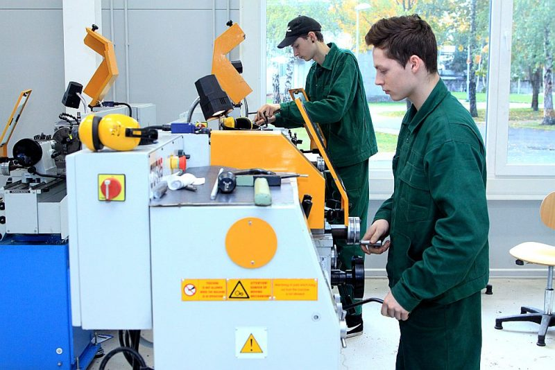 Kaut arī profesionālās izglītības iestādes arī ir apgādātas ar moderniem darbgaldiem un iekārtām, visefektīvāk nākamajai profesijai nepieciešamās prasmes var apgūt uzņēmumā.
