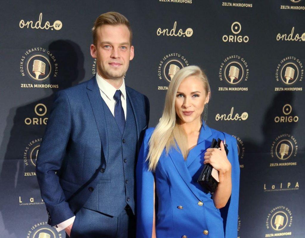"""Oskars Lepers kopā ar radio kolēģi Maiju Rozīti-Krištopani piedalās """"Zelta mikrofons"""" svinīgajā balvu pasniegšanas ceremonijā."""