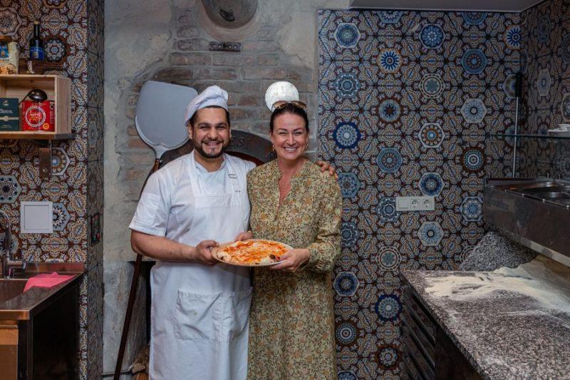 Pašmāju slavenības pie itāļu pavāra mācās cept itāļu picas.