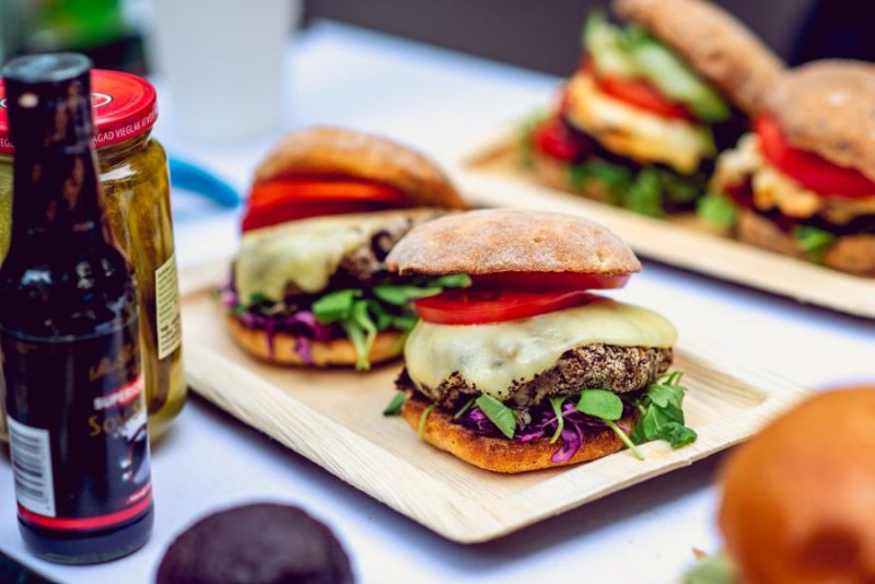 Burgeru ballīte Fon Stricka villas pagalmā