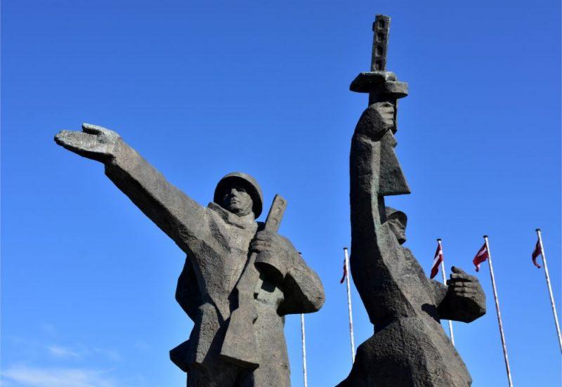 """Piemineklis """"Padomju Latvijas un Rīgas atbrīvotājiem no nacistiskajiem iebrucējiem"""" Uzvaras parkā."""