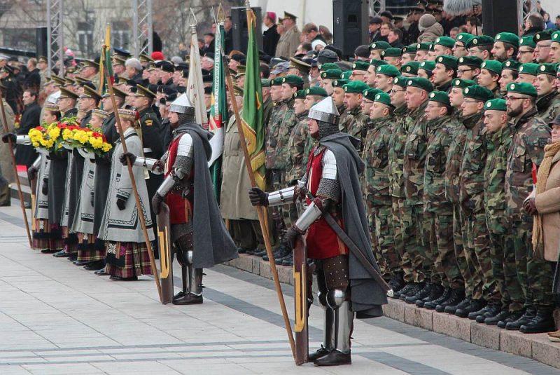 Atzīmējot Bruņoto spēku dienu, ierasts atsaukties uz vēsturi un uzsvērt NATO sabiedroto atbalstu. Pašlaik gan galvenā cīņa notiek informatīvā kara frontēs.