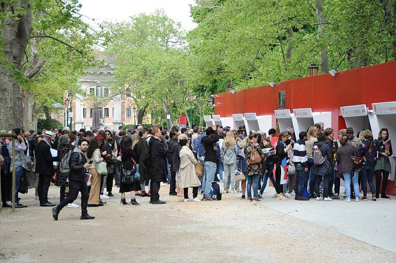Garās rindas pēc biļetēm Venēcijas mākslas biennāles atklāšanas dienā Venezia Giardini.