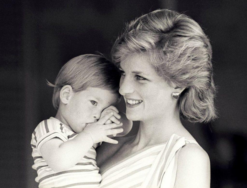 Princese Diāna rokās tur jaunāko dēlu – princi Hariju.