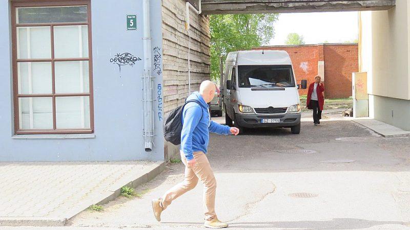 Nelaimīgā vieta, kur uzbrauca Emīlijai. Kravas automobilis stāvēja vietā, kur redzams busiņš, bet pensionāre bija aptuveni tur, kur vīrietis, vai nedaudz iepriekš.