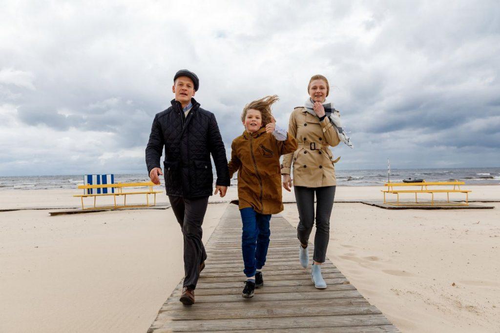 """Topošā Latvijas – Ukrainas kopražojuma seriāla """"Markuss"""" titullomā  filmējas 11 gadus vecais rīdzinieks Aleksandrs Neikens, bet viņa latviešu vecāku lomas atveido Rihards Lepers un Agnese Cīrule."""