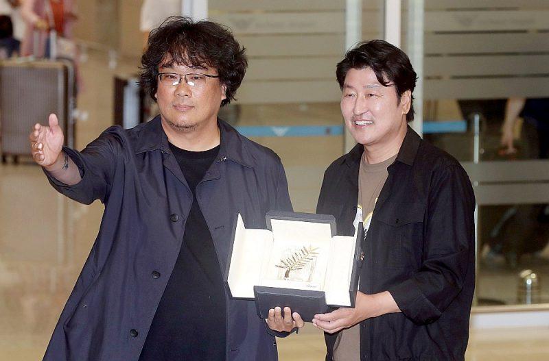 """Kannu """"Zelta palmas zara"""" ieguvējs, Dienvidkorejas režisors Bons Džunho (no kreisās)kopā ar filmas aktieri Songs Kangho."""