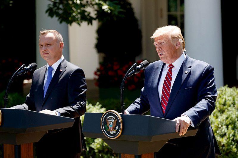 Preses konferencē ASV prezidents Donalds Tramps (no labās) uzslavēja Polijas prezidentu Andžeju Dudu par NATO noteiktā aizsardzības budžeta apjoma ievērošanu.