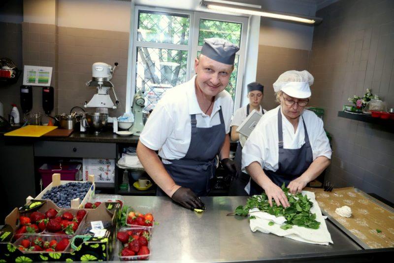 Rīgā atklāta pirmā kafejnīca Baltijā, kurā lielākā daļa personāla ir cilvēki ar īpašām vajadzībām.