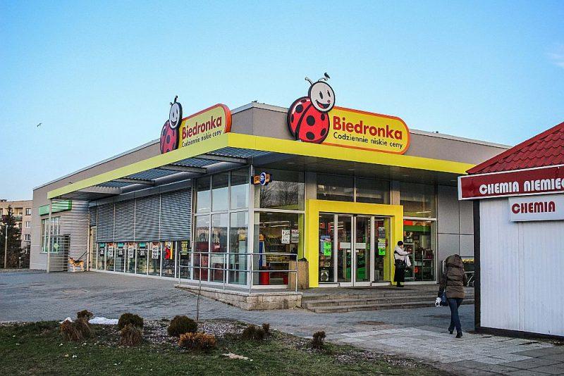 """Veikals """"Biedronka"""" Gdaņskā pieder lielākajai atlaižu lielveikalu ķēdei Polijā. Kā zināms, Polijas valdība ieviesa aizliegumu tirgoties svētdienās, pretēji gaidītajam izputēja vairāk nekā 14 tūkstoši mazo veikaliņu. Lielveikalu peļņa palielinājās, tāpēc tagad tiem piemēro lielāku nodokli apgrozījumam."""