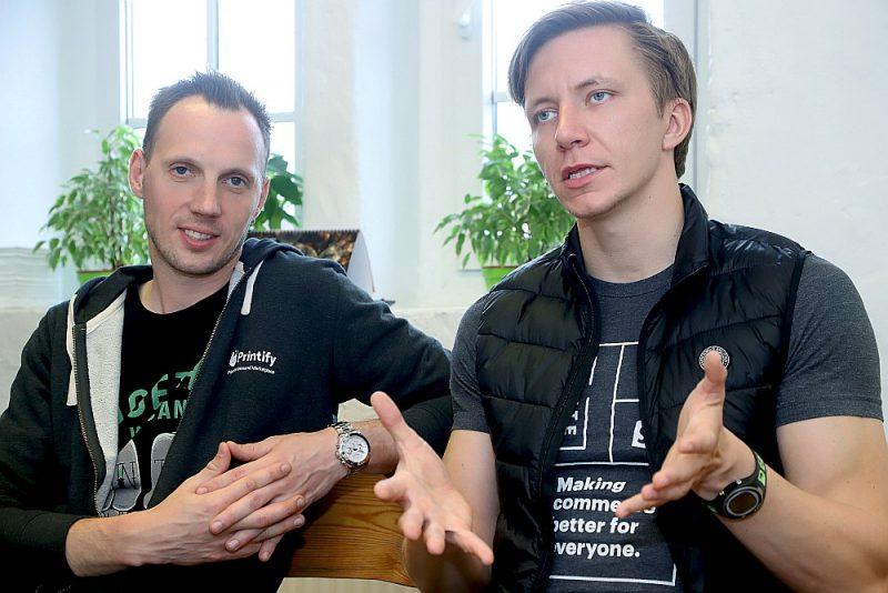 """Arta Kehra (no kreisās) un Jāņa Berdigana izveidotās interneta platformas """"Printify"""" apgrozījums šogad varētu būt 30 miljoni eiro. Vēl pēc gada tiek prognozēti 100."""