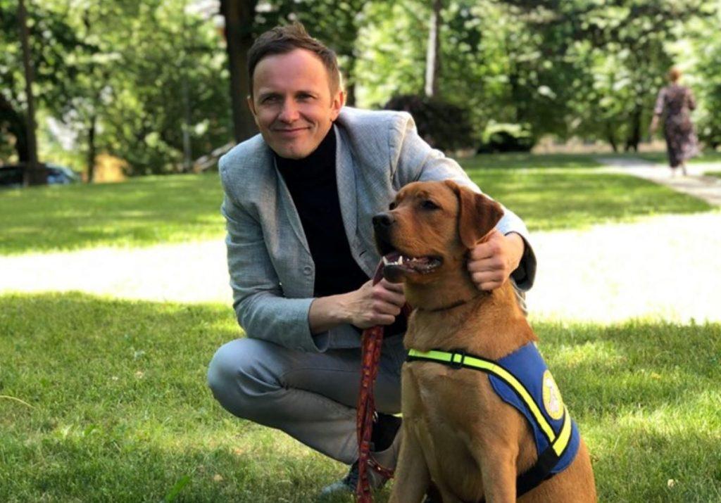 """Dziedātājs Renārs Kaupers kopā ar Servisa suņu skolas """"Teodors"""" audzēkni Joko."""